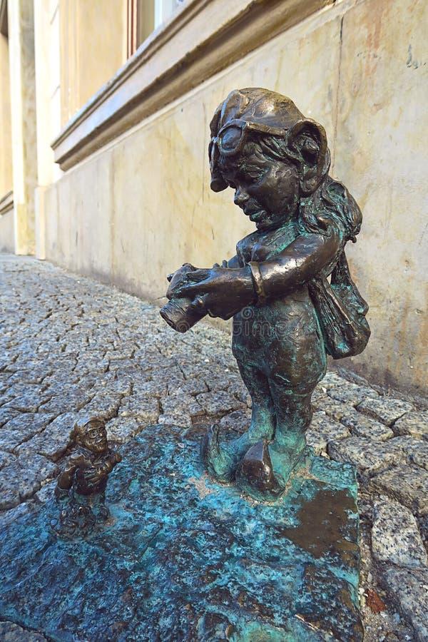 Меньший бронзовый фотограф карлика Wroclaw стоковая фотография rf