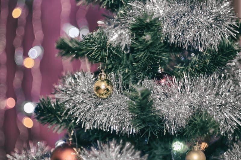 Меньший желтый шарик на рождественской елке стоковая фотография rf