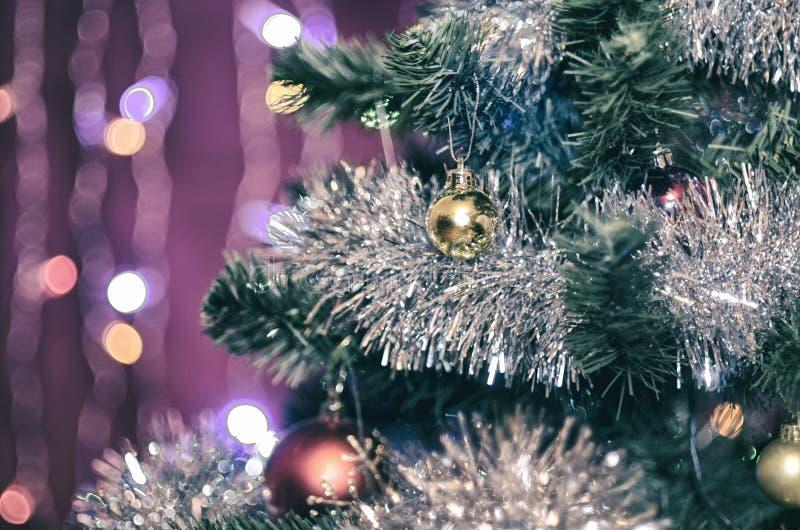 Меньший желтый шарик на рождественской елке стоковое изображение rf