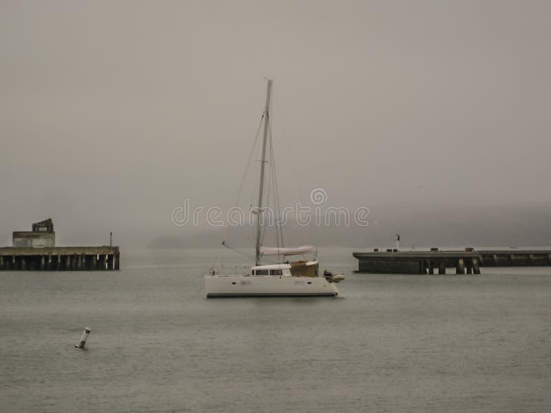 Меньший залив рыбацкой лодки туманный стоковые фотографии rf