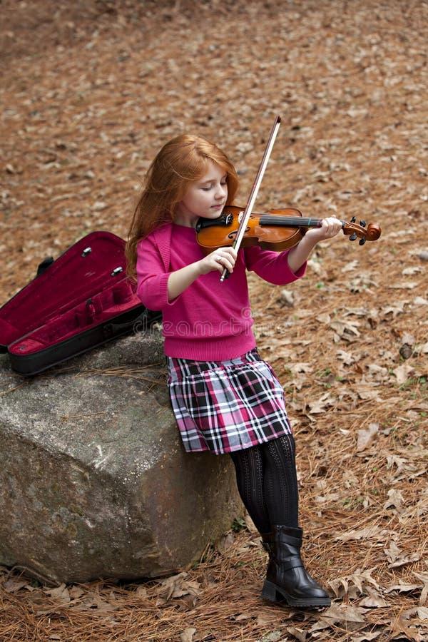 меньший играя redhead violen стоковое фото rf