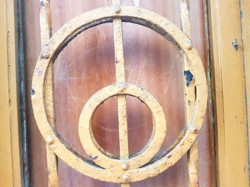 Меньший круг yelow внутри большого круга сделанного из ковки чугуна стоковые фотографии rf