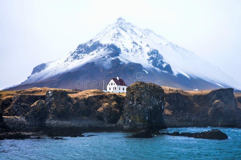 Меньший дом перед большой горой стоковые изображения