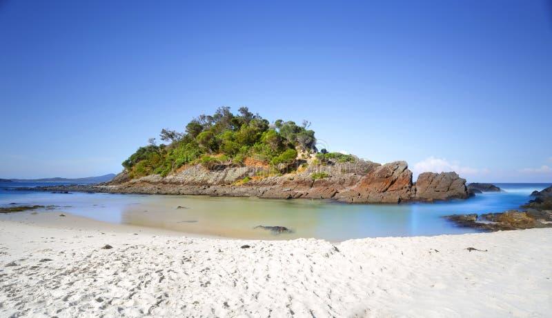 Меньший остров на пляже одно, уплотнении трясет, стоковая фотография rf