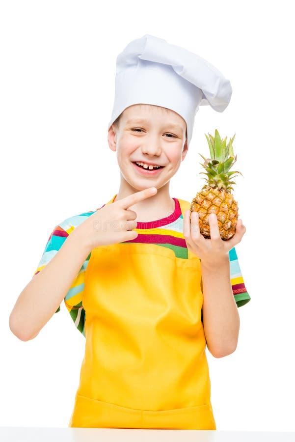 меньший повар в крышке с мини ананасом на белой предпосылке стоковые изображения