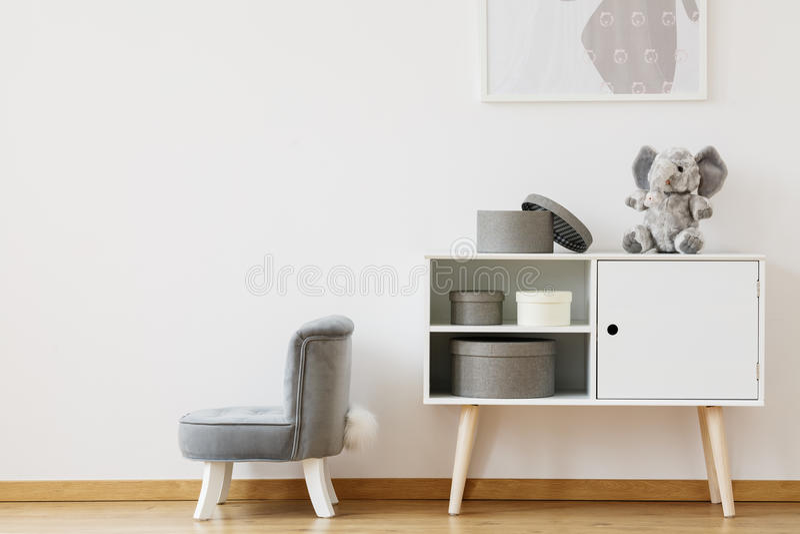 Меньший серый стул стоковая фотография
