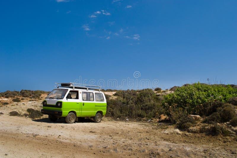 Меньший фургон на пляже стоковое фото rf