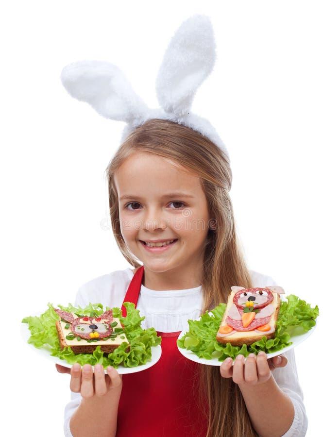 Меньший шеф-повар зайчика с сандвичами кролика тематическими стоковое изображение rf