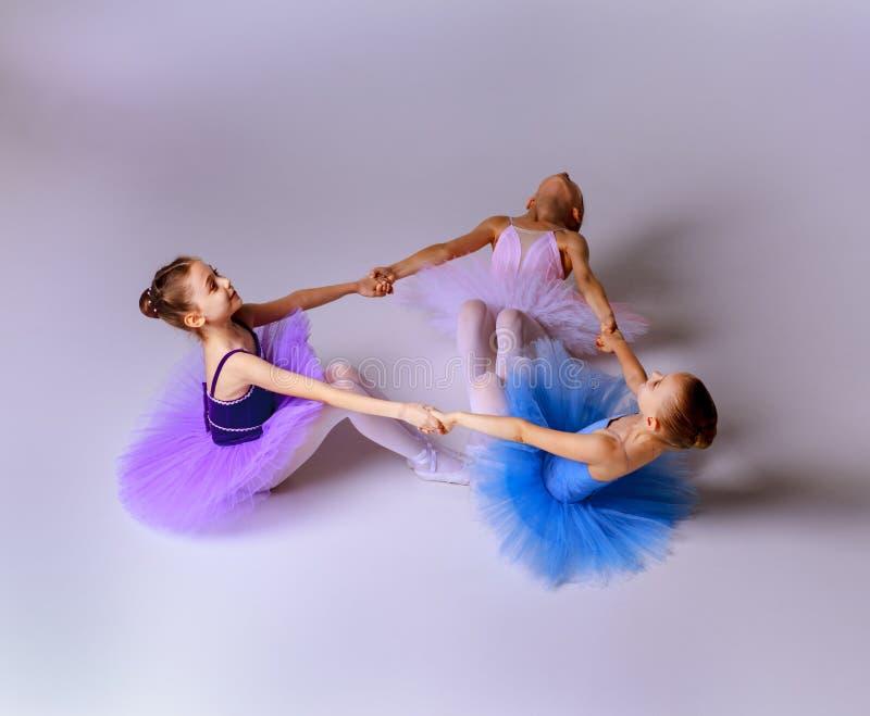 3 меньших девушки балета сидя в балетной пачке стоковые фотографии rf