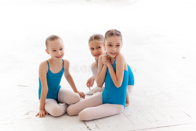 3 меньших девушки балета сидя и говоря совместно стоковая фотография rf