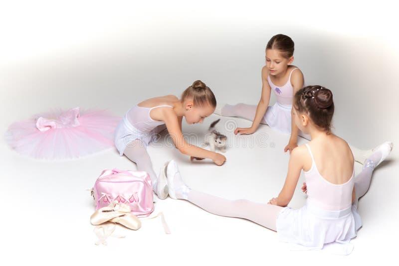 3 меньших девушки балета сидя и представляя совместно стоковое изображение rf