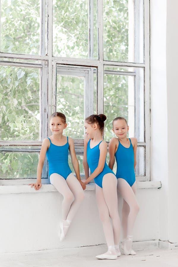 3 меньших девушки балета стоя и говоря совместно стоковая фотография