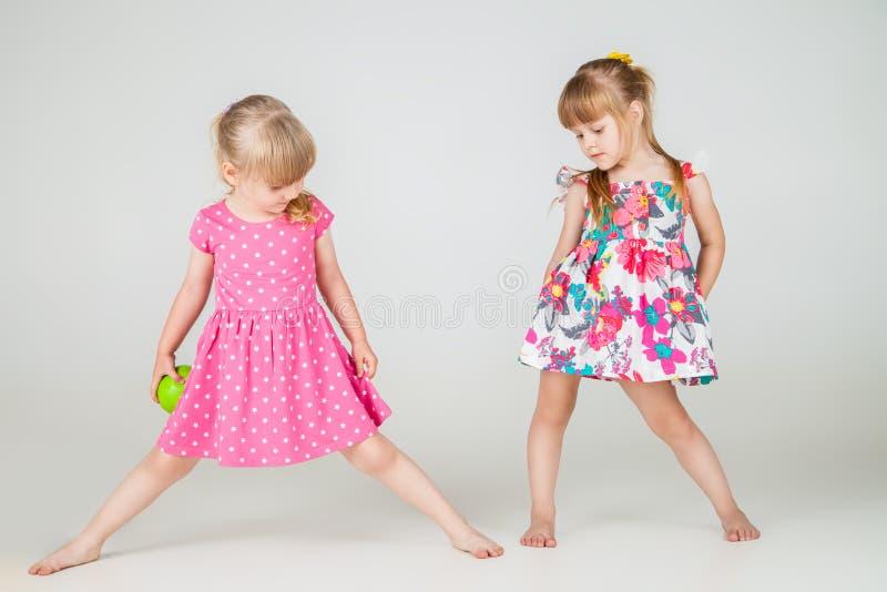 2 меньших девушки моды в красивом платье стоковое фото rf
