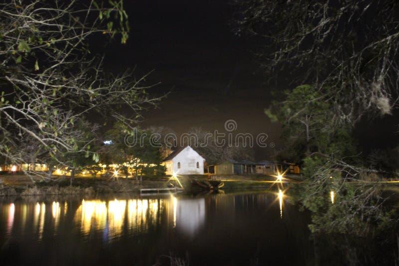 Меньшяя белая церковь на ноче стоковое фото rf