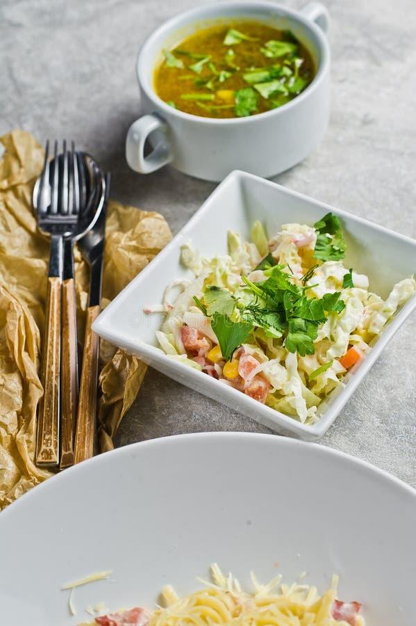 Меню обеда ресторанного бизнеса, макаронные изделия Carbonara, зеленый салат и куриный суп стоковые фотографии rf