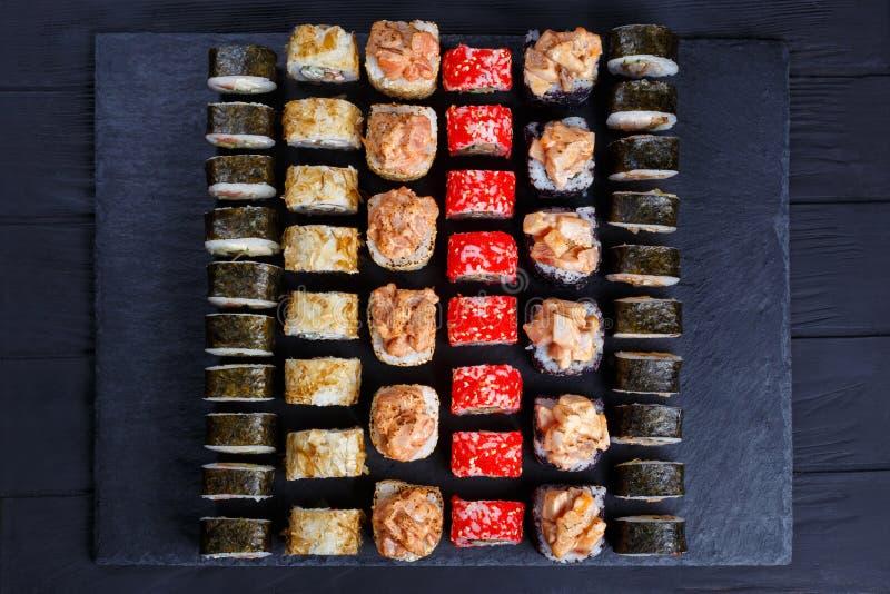 Меню суш ресторана Взгляд сверху на каменной таблице с очень вкусным fr стоковое фото