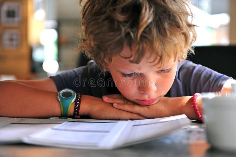 Меню чтения мальчика стоковая фотография