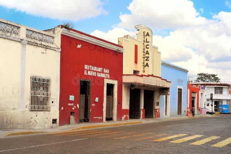МЕРИДА, МЕКСИКА - 19-ОЕ ФЕВРАЛЯ: Историческое здание на главной улице в городе Yukatan 19-ое февраля 2014 Мексике Мериды стоковое изображение rf