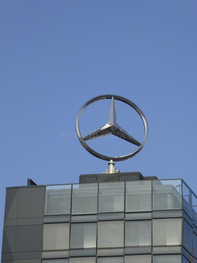 Мерседес - символ Benz на верхней части здания стоковая фотография