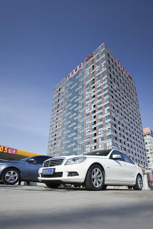 Мерседес-Benz припарковал перед современным зданием, Пекином, Китаем стоковое фото rf