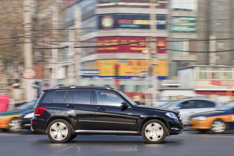 Мерседес-Benz GLK 350 4Matic в занятом центре города, Пекин, Китай стоковые фотографии rf