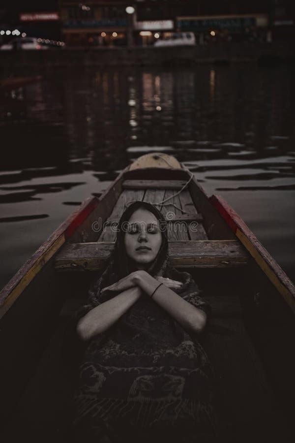 Мертвая девушка в шлюпке стоковые изображения rf