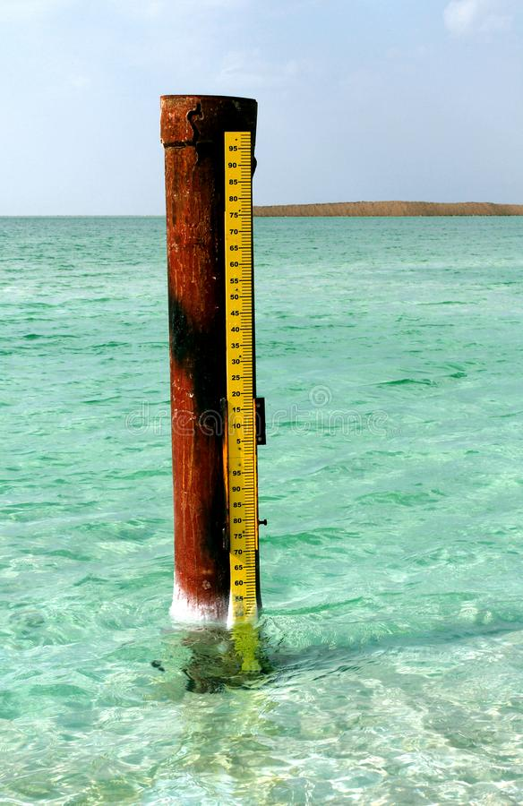 Мертвое море, озеро соли гранича Джордан к северу, и Израиль к западу свои поверхность и берега 430 5 метров 1 412 ft стоковое изображение rf