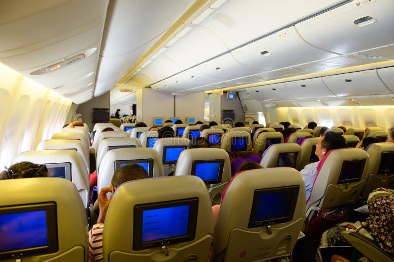 Места внутри самолета и пассажира сидя вся область стоковые изображения