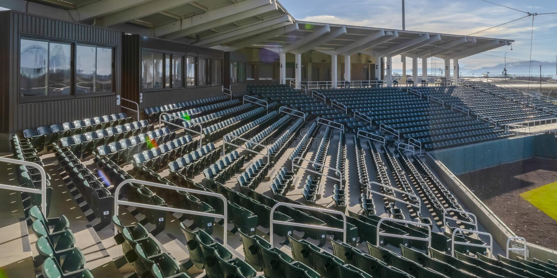 Места и комнаты на арене спорт на солнечный день стоковая фотография