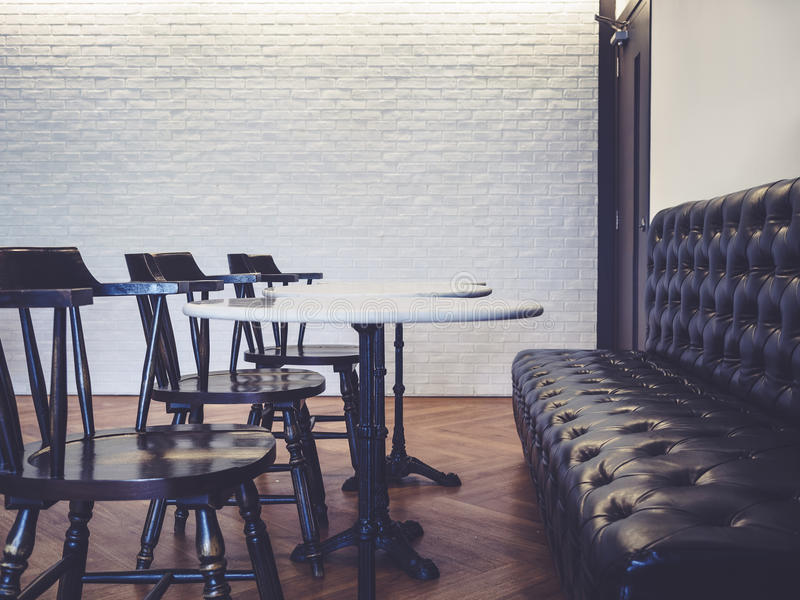 Места таблицы с интерьером бар-ресторана стиля софы винтажным стоковое изображение