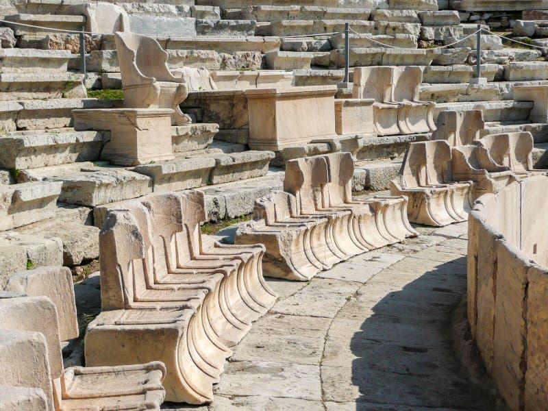 Места VIPs на старом амфитеатре Dionysus Афин, Греции стоковые изображения rf