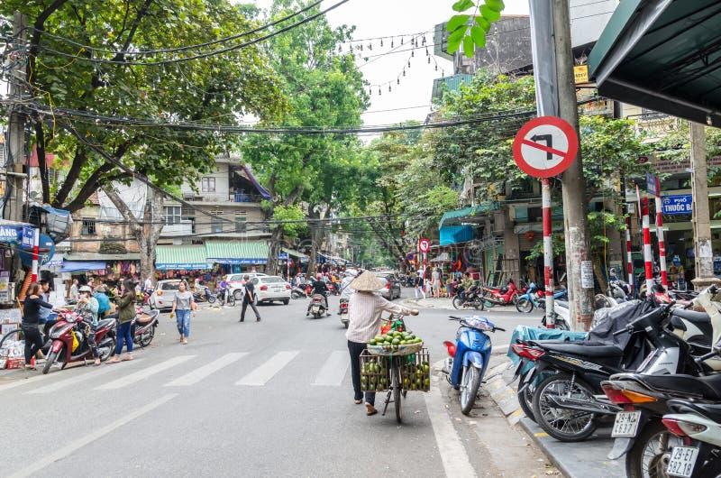 Местная ежедневная жизнь улицы в Ханое, Вьетнам Уличные торговцы продавая различные типы овощей от их велосипеда в Ханое o стоковые изображения rf
