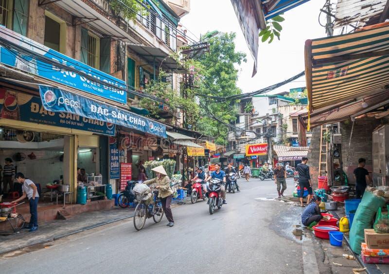 Местная ежедневная жизнь улицы в Ханое, Вьетнам Уличные торговцы продавая различные типы овощей от их велосипеда в Ханое o стоковые изображения