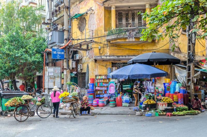 Местная ежедневная жизнь уличного рынка утра, уличные торговцы продавая различные типы плодоовощей от их велосипеда в Ханое, Вьет стоковые изображения rf