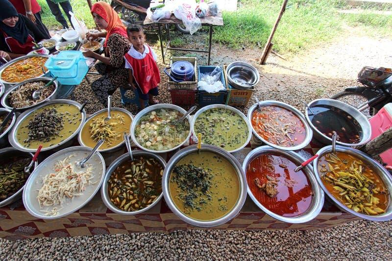 Местная тайская еда будучи проданным на местном рынке стоковое изображение