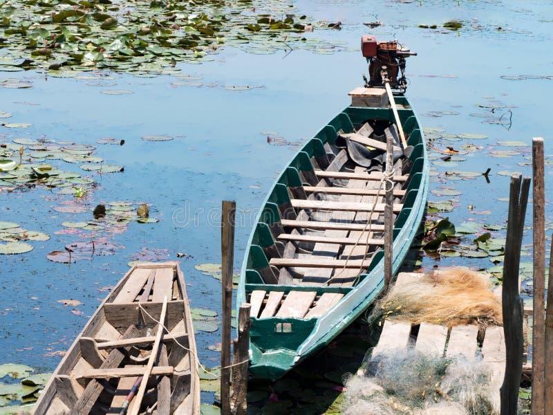 Местная традиционная шлюпка длинного хвоста рыбной ловли рыболова в реке озера в природе, Phatthalung, Таиланде стоковое фото rf