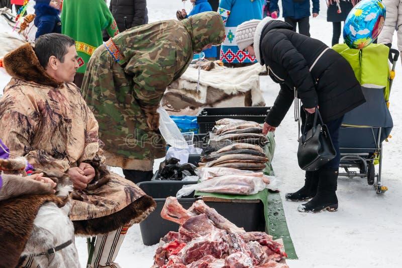 Местные аборигены продают ягоды, мясо и кожи оленей, рыб стоковые изображения