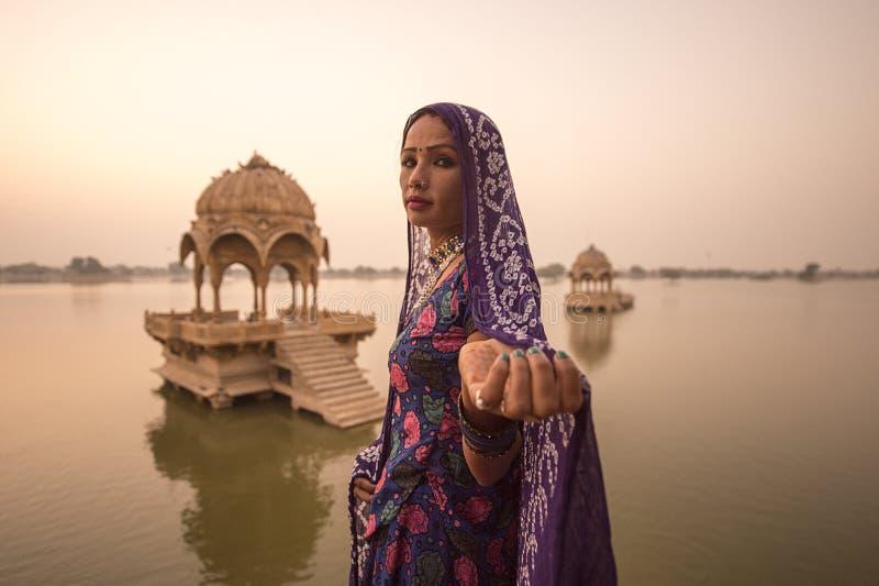 Местные женщины в озере Gadisar стоковая фотография