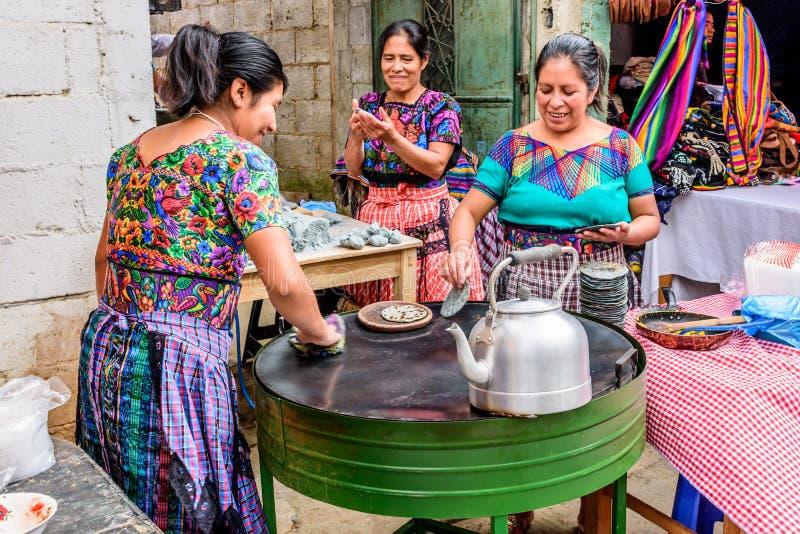 Местные женщины Майя делают tortillas в улице, Сантьяго Sacatepe стоковая фотография rf