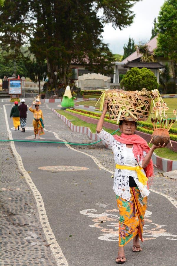 Местные женщины подготавливая церемонию bratan ulun pura danu Bedugul тюкованный Индонезия стоковое изображение