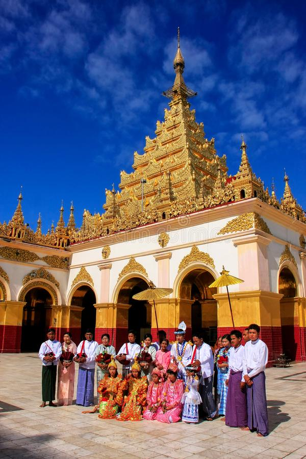 Местные люди в традиционных костюмах принимать свадьба cere стоковое фото rf