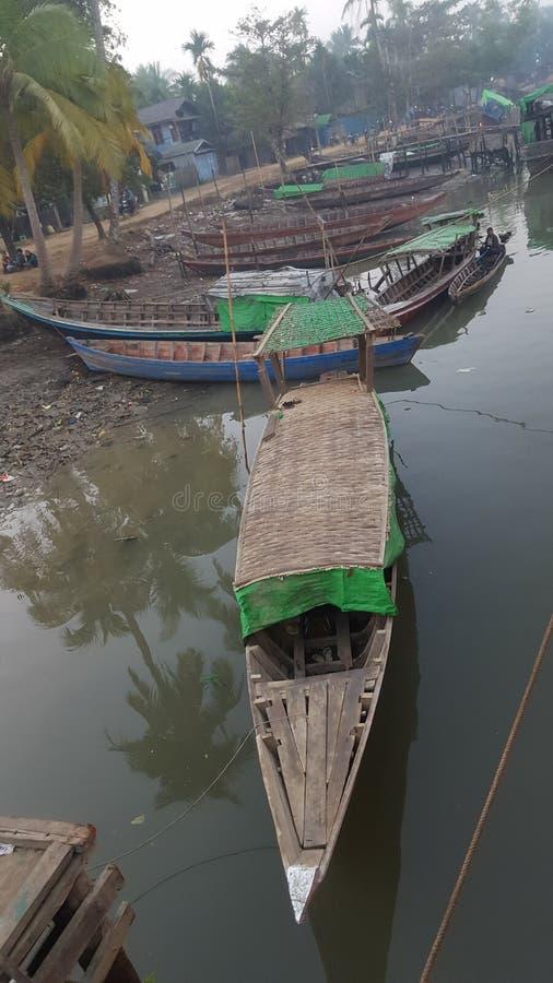 Местные шлюпки на реке в Мьянме стоковые фото