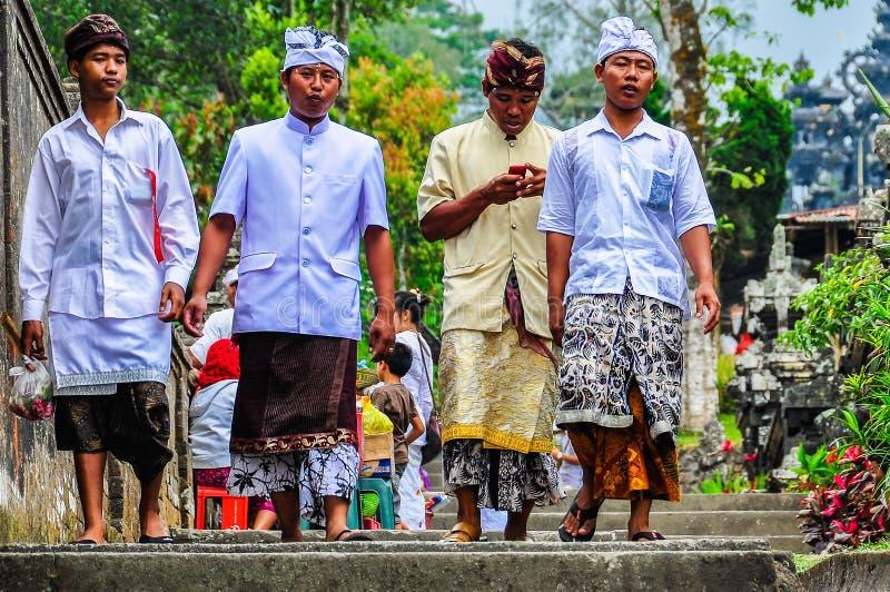 Местные люди в виске Pura Besakih, Бали, Индонезии стоковые фото