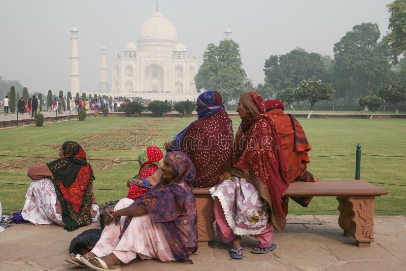 Местные люди посещая дворец Тадж-Махал стоковая фотография rf