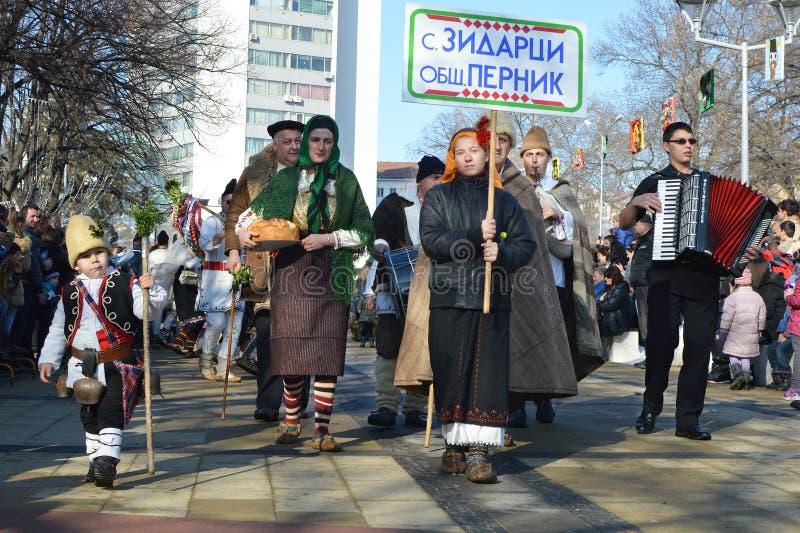 Местные люди с болгарскими фольклорными костюмами на фестивале Surva стоковое изображение rf