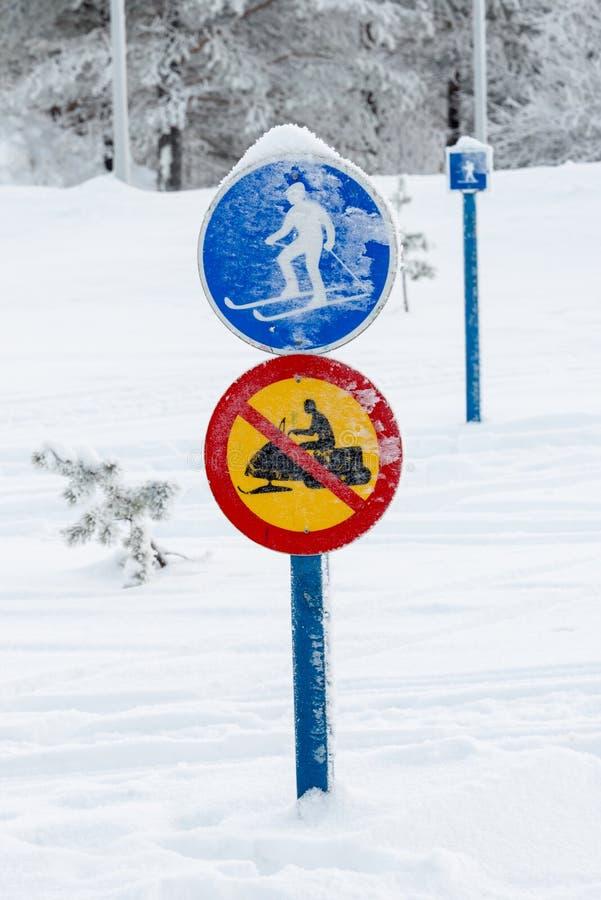 Местные roadsigns, Лапландия Финляндия стоковые фотографии rf