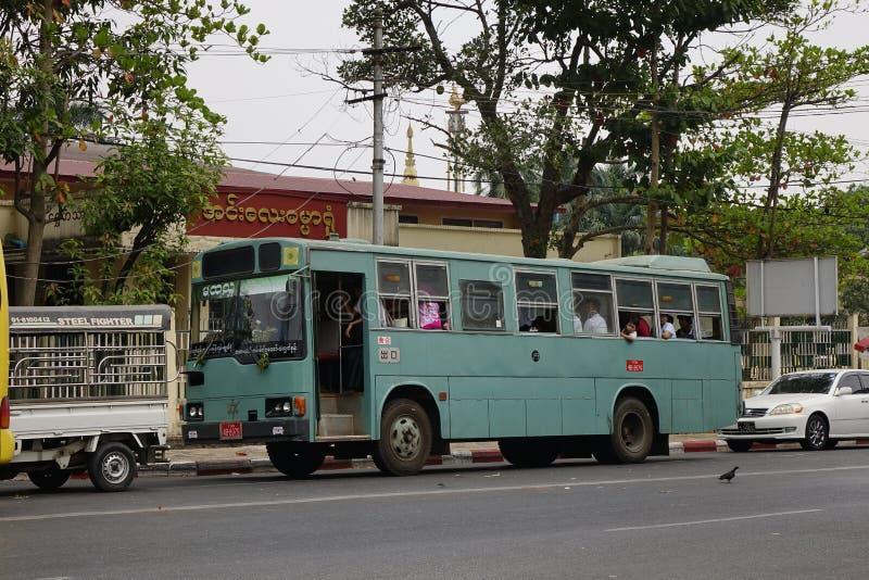 Местный автобус в Янгоне стоковое фото