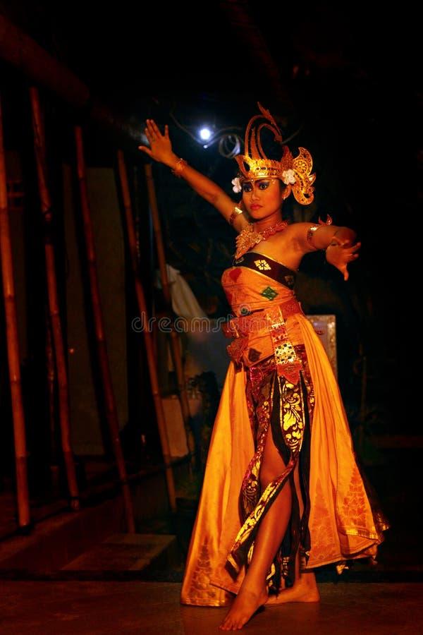 Местный балийский танцор выполняет на этапе стоковое изображение rf