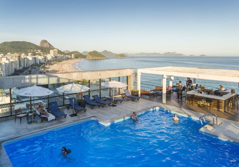 Местный бразильский вахта полицейскиев над locals и туристами в Copacabana, Рио-де-Жанейро, Бразилии стоковые изображения rf