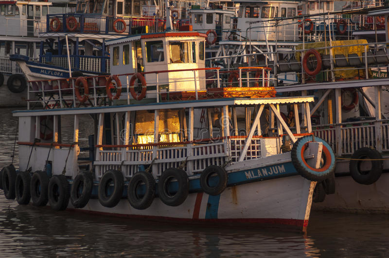 Местный наслаждает взглядом гавани в Muscat, Омане стоковые фотографии rf